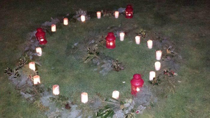 Zu Beginn liegt die Adeventsspirale mit den 4 Laternen da. Tag für Tag kommt dann eine Kerze hinzu.