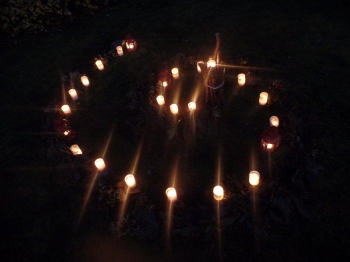 Die Adventsspirale an Heilig Abend im dunkeln