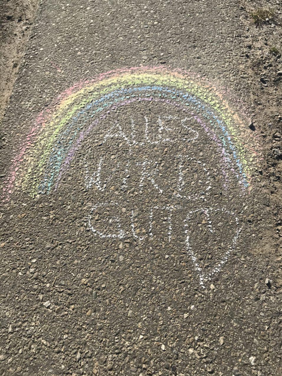 Regenbogen aus Straßenkreiden Alles wird gut