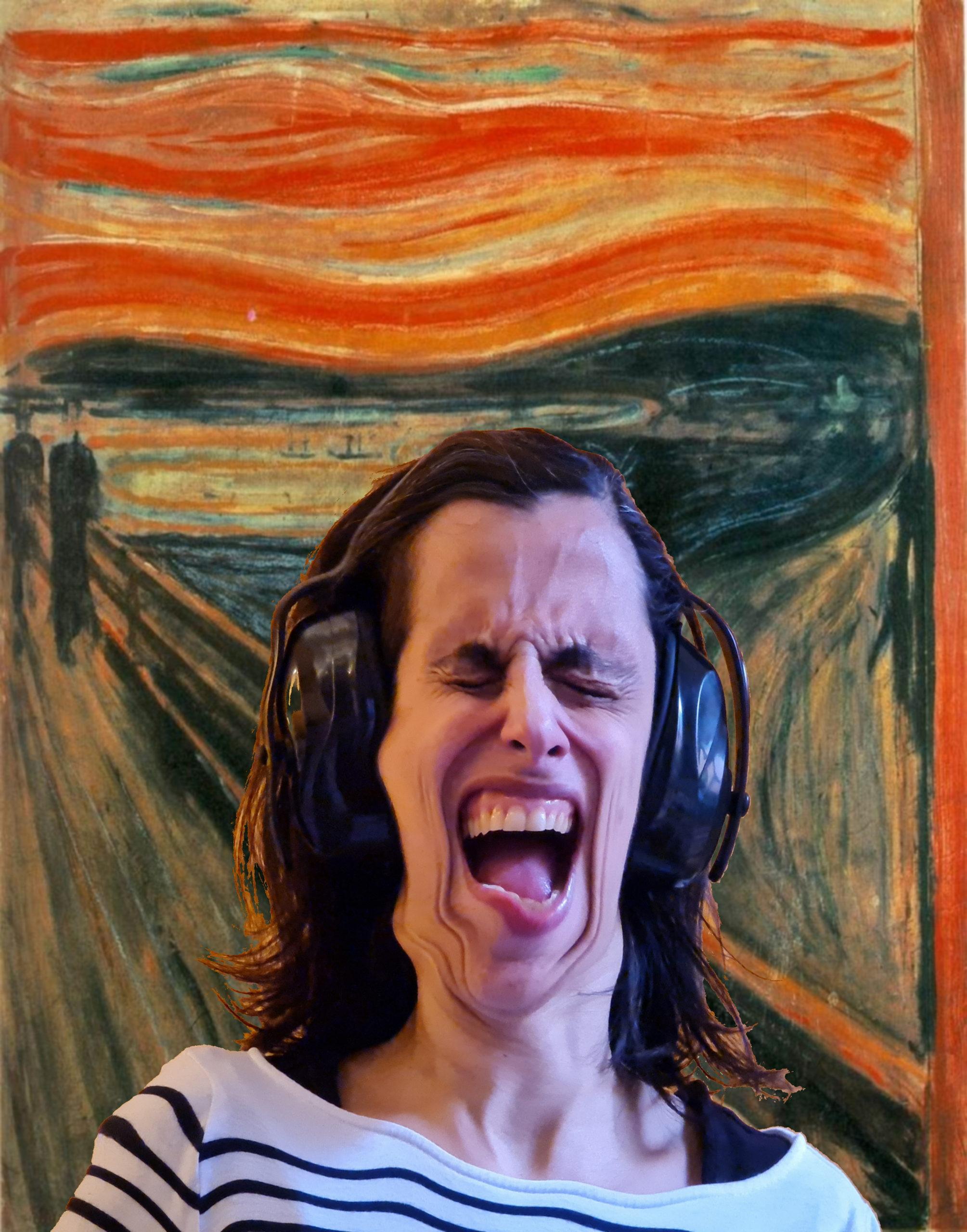 Eine Mama mit Ohrenschützern auf den Ohren und verzehrtem Gesicht, schreit und stellt so das Bild Schrei nach, das auch im Hintergrund zu sehen ist