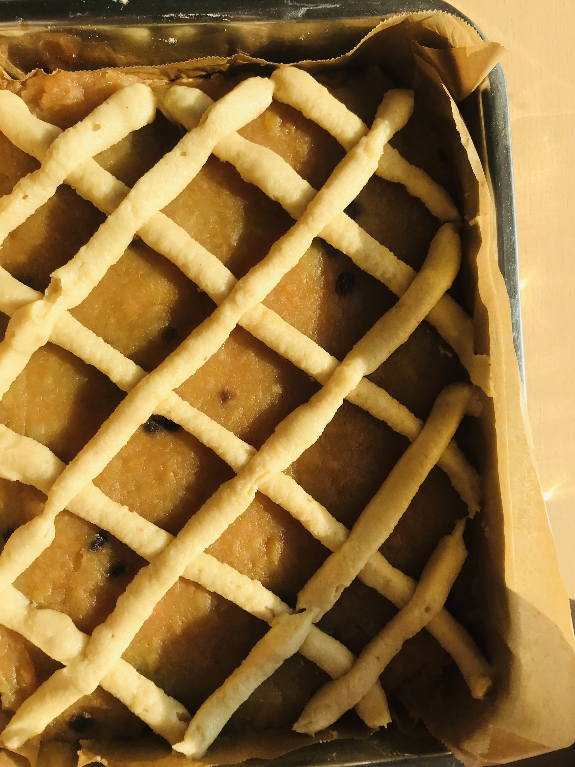 ein gespritzes Gitter über dem Kuchen