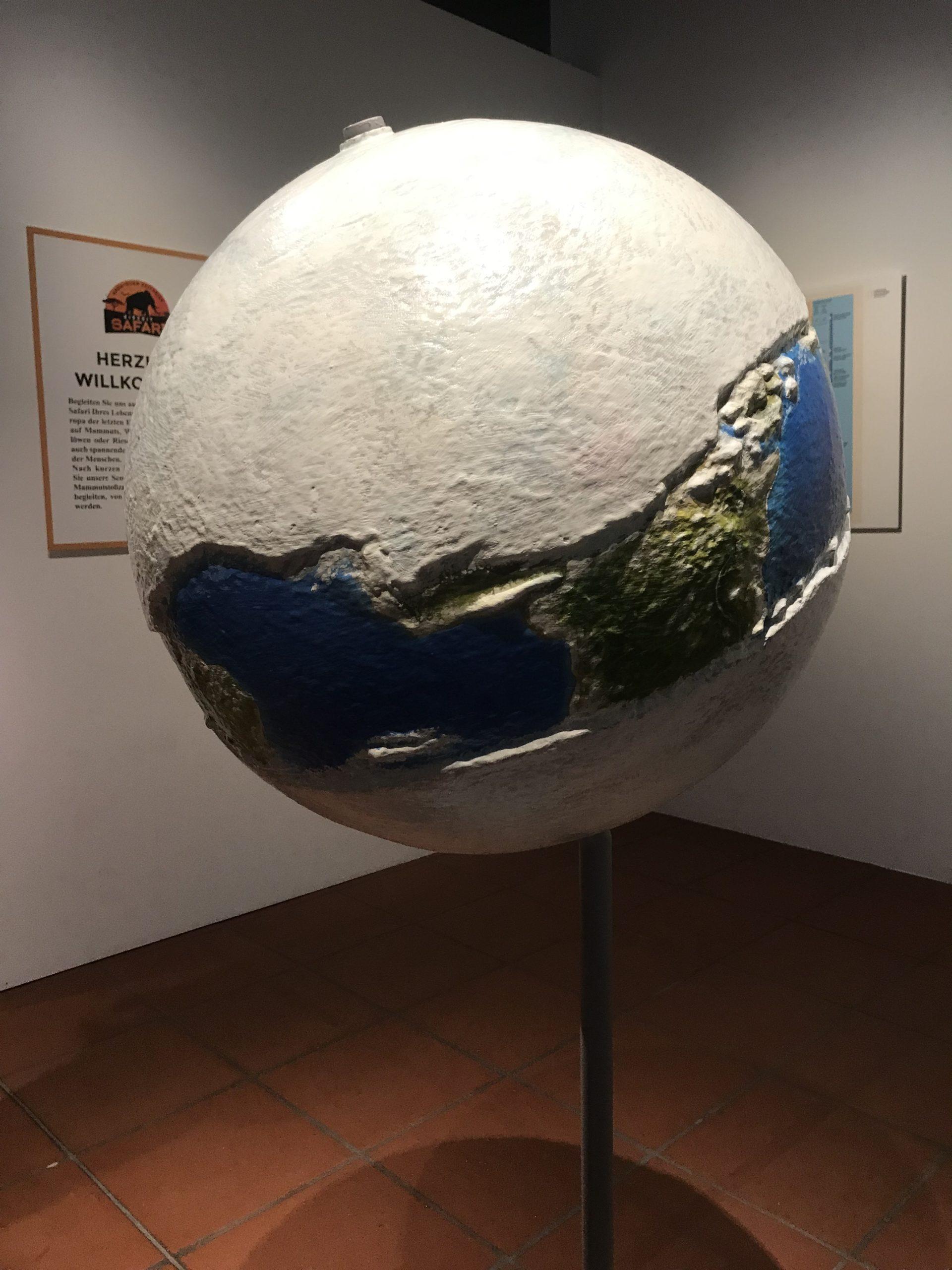 Ein XXL Globus mit einer dicken und breiten Eisschicht am Nord und Südpol