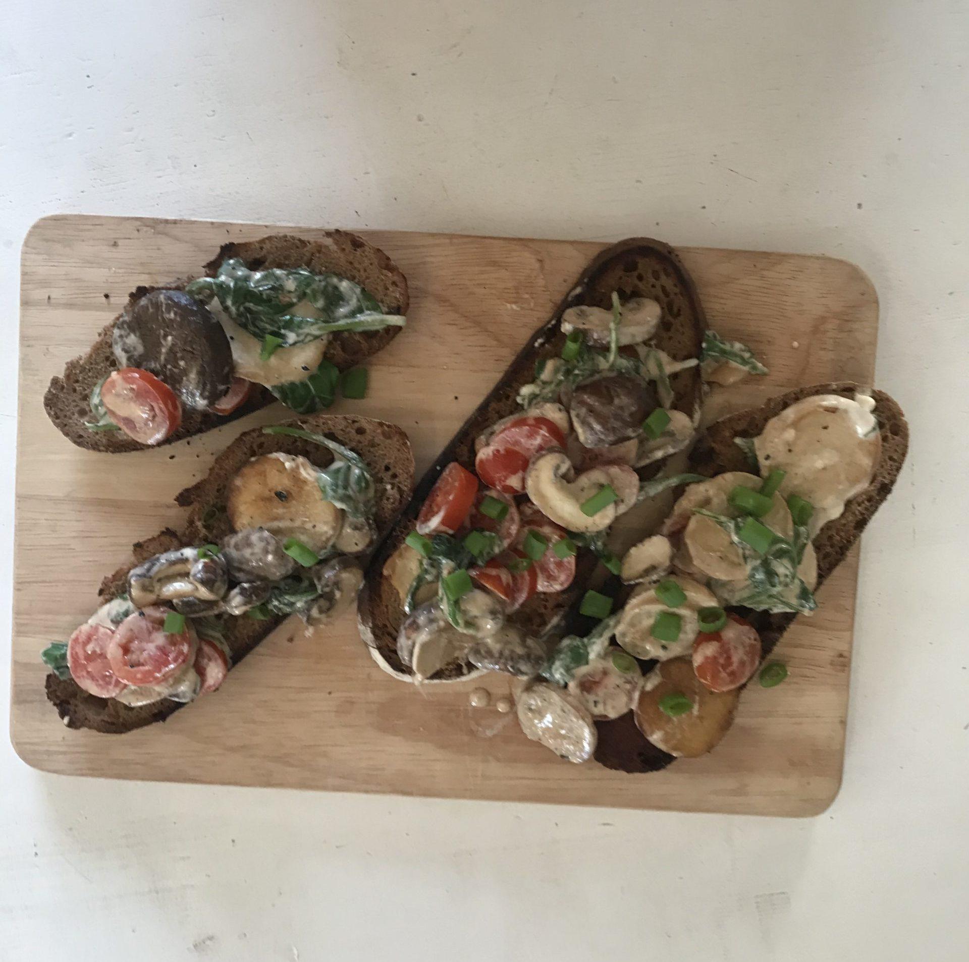 geröstete Brote mit Pilzen, Spinat und Tomaten