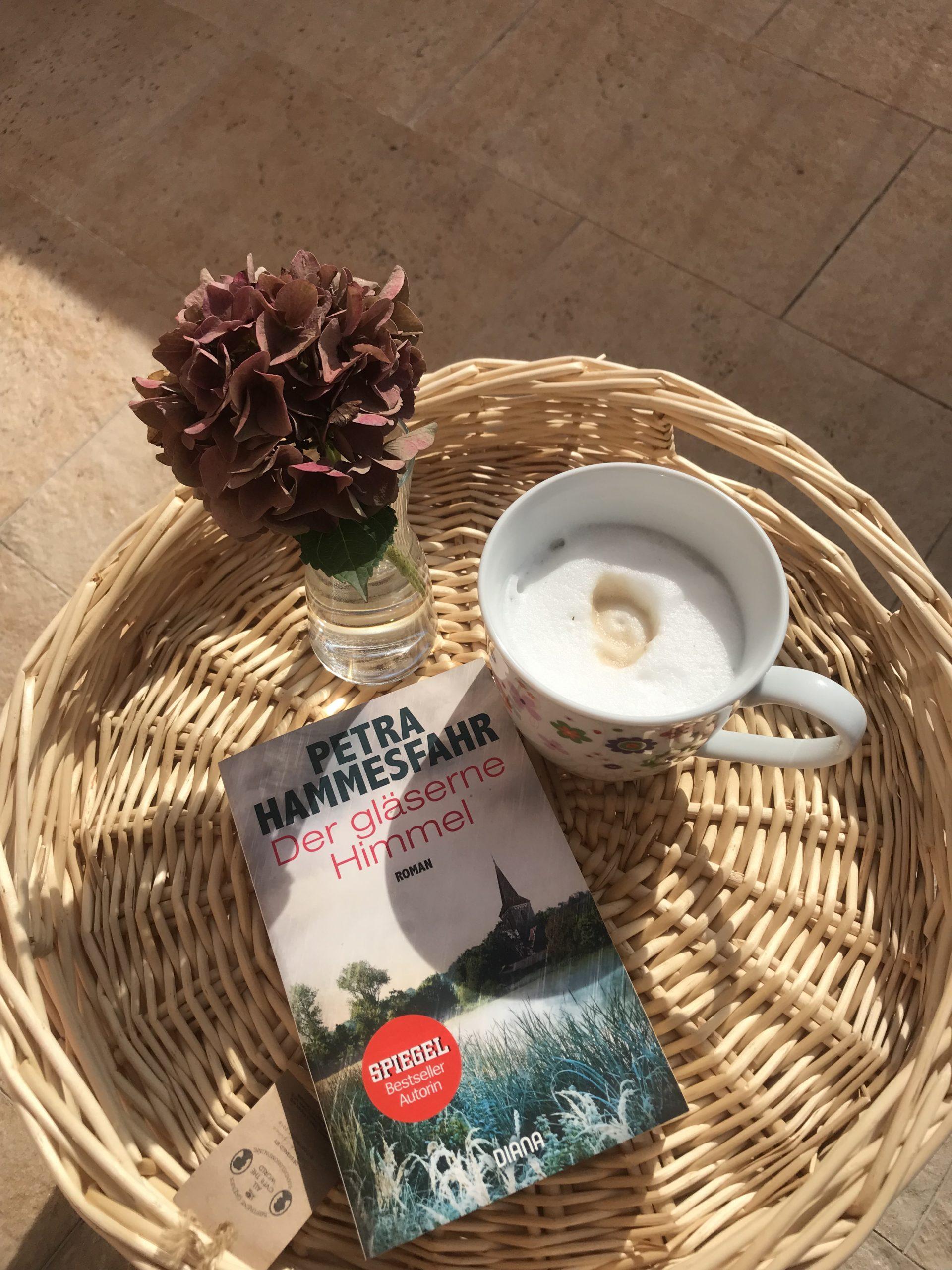Kaffee, Buch, Hortensie und Sonnenschein